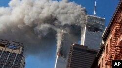 Горящие башни-близнецы Всемирного торгового центра