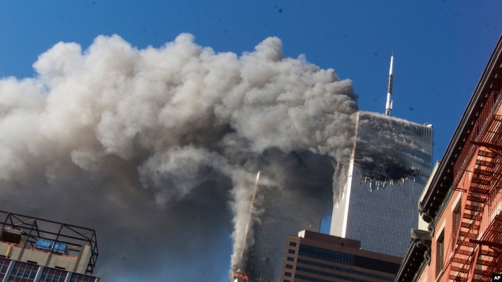Khói bốc lên từ tháp đôi của Trung tâm Thương mại Thế giới trong vụ khủng bố 11/9/2001 tại thành phố New York, Mỹ.