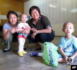 王荔蕻看望家属声援当时狱中的赵连海