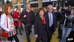 Ứng cử viên Đảng xã hội Pháp Martine Aubry, giữa, đến Paris trong cuộc bầu cử sơ bộ của đảng Xã Hội để chọn người ra tranh cử với Tổng thống Sarkozy, 16/10/2011