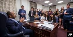El senador estatal de Florida Bobby Powell habla con sobrevivientes de la escuela Marjory Stoneman Douglas y otros estudiantes del condado Broward en su oficina, en Tallahassee. Feb. 20 de 2018.