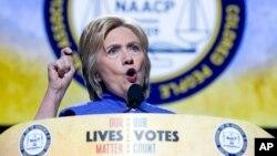 Hillary Clinton berbicara pada konvensi tahunan NAACP, Asosiasi Nasional bagi Warga Kulit Hitam di Cincinnati, Ohio, hari Senin (18/7).