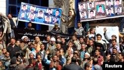 Kerabat 27 pekerja Kristen Koptik Mesir yang diculik di Sirte, Libya, melakukan protes untuk menuntut kebebasan mereka, di Kairo (13/2). (Reuters/Mohamed Abd El Ghany)