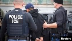 لاس اینجلس میں حکام ایک مشتبہ شخص کو گرفتار کر کے لے جا رہے ہیں۔