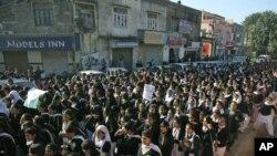 Para siswa di wilayah Jammu, India berunjuk rasa menuntut keadilan bagi korban perkosaan di New Delhi (20/12).