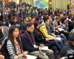 西藏代表團的討論吸引了大批媒體記者