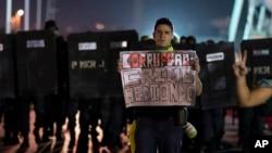 """Một người biểu tình chống chính phủ ở Rio de Janeiro mang tấm bảng đề: """"Tham nhũng: tội ác ghê tởm,"""" ngày 21/6/2013."""