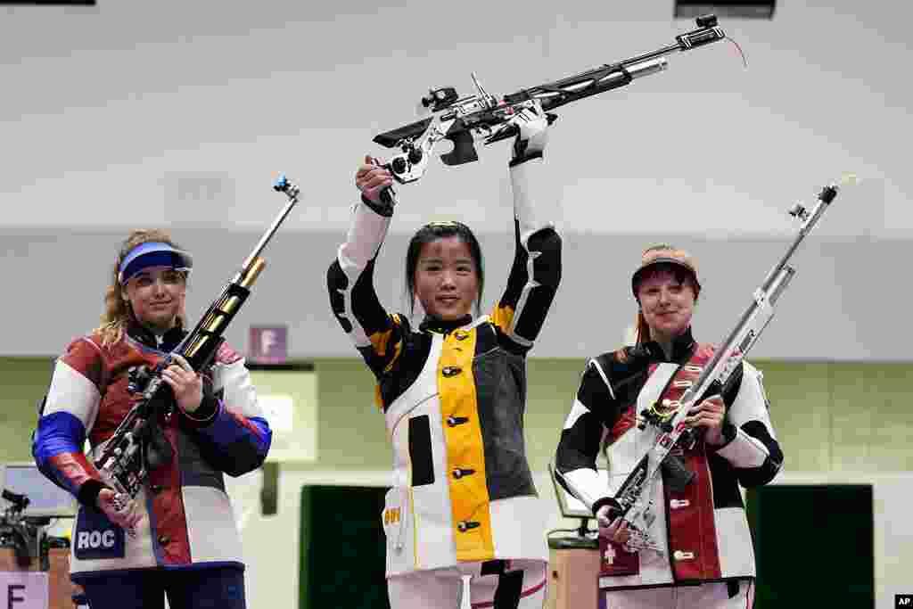 در رقابتهای تیراندازی زنان در۱۰ متر به ترتیب انگکیان از چین، آناستزیا گلاشینا از روسیه و نینا کرسیتن از سویس مدال طلا، نقره و برنز را کسب کردند.