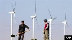 По соседству с комплексом ветряных энергогенераторов идет строительство шоссе. Китай. Провинция Ганьсу (архивное фрото)
