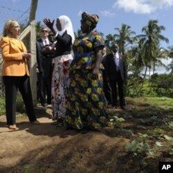 ທານນາງ Hillary Rodham Clinton ຢຽມຢາມ ສະຫະກອນແມຍິງ ທເມືອງ Mlandizi ປະເທດ Tanzania, ວັນອາທິດ ທີ 12 ມີຖຸນາ 2011.