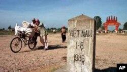 Cửa khẩu Mộc Bài giáp biên giới Campuchia, 80 km phía tây bắc TPHCM