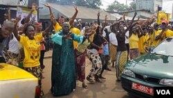 Suporter presiden terpilih Alpha Conde merayakan di jalanan Conakry, Guinea. Alpha Conde disebut sebagai pemenang pemilihan presiden tahap kedua.