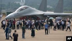 在珠海举行的中国国际航空航天博览会上,参观者在参观中国军方的电子战机歼-16D。(2021年9月29日)