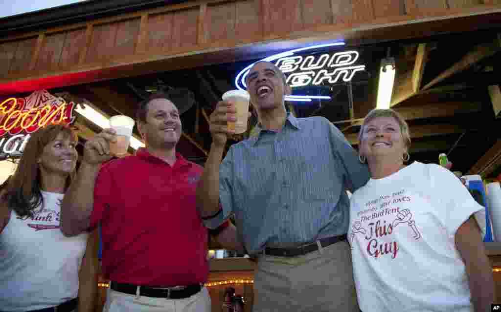 Барак Обама в пивном баре с рабочими. Де-Мойн, Айова. 13 августа 2012 года.