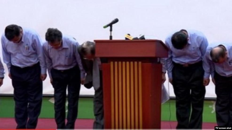 Các quan chức Formosa cúi đầu xin lỗi trong đoạn video chiếu trong buổi họp báo công bố nguyên nhân gây cá chết hôm 30/6.