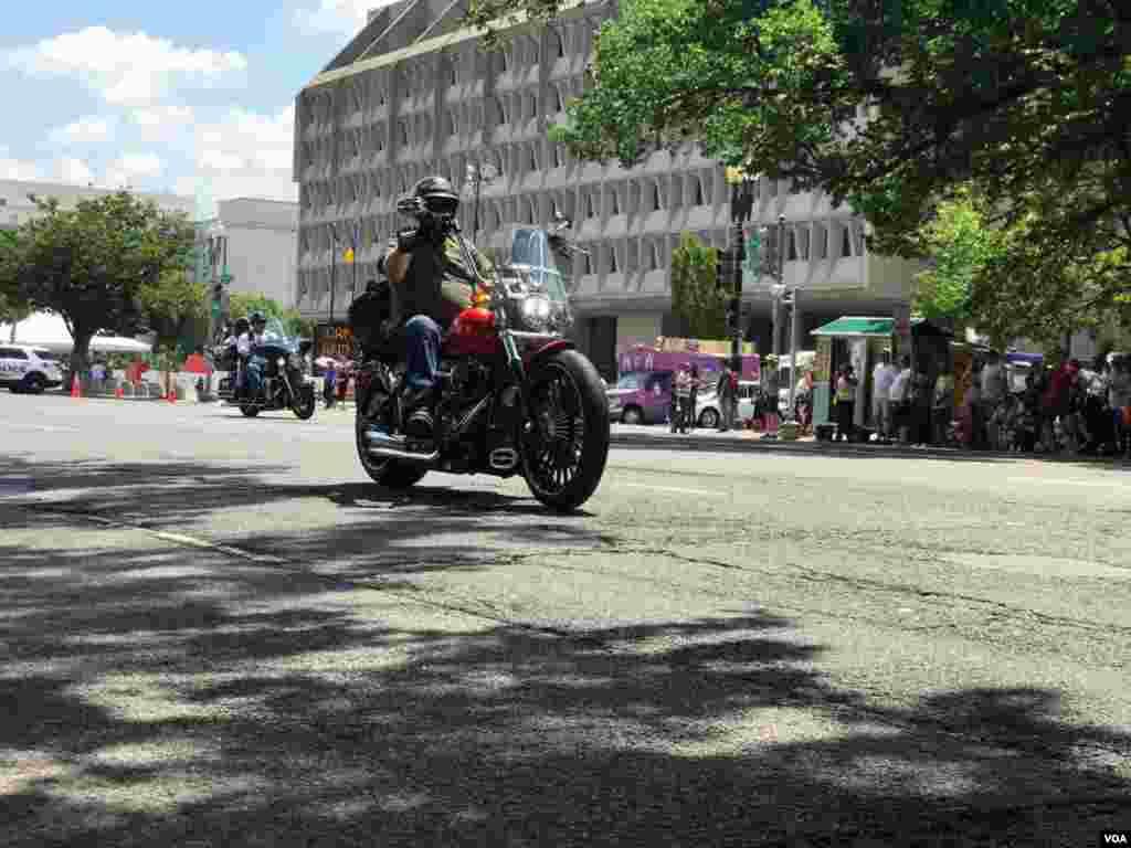 رژه موتورسواران موسوم به «غرش صاعقه» در واشنگتن نام «غرش صاعقه» از بمباران ویتنام شمالی در سال ۱۹۶۵ گرفته شد که موسوم به عملیاتی با همین نام بود.