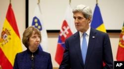 Ngoại trưởng Hoa Kỳ John Kerry (phải) và trưởng ban đối ngoại Liên hiệp châu Âu Catherine Ashton phát biểu ngắn gọn trước cuộc họp song phương tại trụ sở NATO ở Brussels, 4/12/2013.