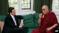 Ông David Cameron trong cuộc hội kiến nhà lãnh đạo tinh thần của người Tây Tạng Đức Đạt lai Lạt ma, một hành động khiến Trung Quốc nổi giận.