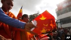 Các nhà sư và người biểu tình Campuchia đốt cờ Việt Nam trong một cuộc biểu tình tại một con phố trước Đại sứ quán Việt Nam tại Phnom Penh, Campuchia, 8/10/2014.