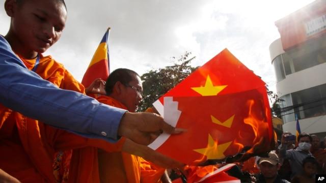 Người biểu tình Campuchia đốt cờ Việt Nam bên ngoài Đại sứ quán Việt Nam ở thủ đô Phnom Penh hồi cuối năm 2014.