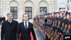 Ruski predsednik Dmitrij Medvedev u pratnji domačina Bronjislava Komorovskog obilazi jedinicu počasne garde, Varšava, 6. decembar 2010.