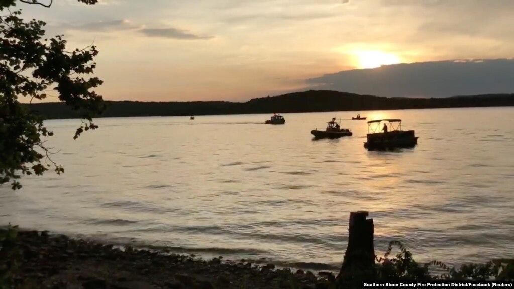 Image result for 13 muertos al hundirse barco turístico en Missouri