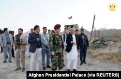 Presiden Afghanistan Ashraf Ghani dan penjabat Menteri Pertahanan Bismillah Khan Mohammadi mengunjungi korps militer di Kabul, Afghanistan, 14 Agustus 2021. (Foto: Afghan Presidential Palace via Reuters)