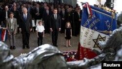 Presiden Perancis Emmanuel Macron dan PM Israel Benjamin Netanyahu memperingati penangkapan massal warga Yahudi di Paris pada masa Perang Dunia II, hari Minggu (16/7).