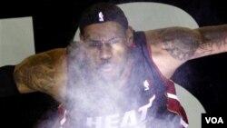 LeBron James y su ritual antes de cada partido, lanzar polvo al aire, volvió a hacerlo en Cleveland en su retorno a la ciudad para jugar y derrotar al equipo que lo lanzó a la fama, los Cavaliers.