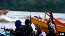 Des combattants du Mouvement pour l'émancipation du Delta du Niger (MEDN) patrouillent dans les ruisseaux de la rivière Bonny, près de l'usine de GNL, dans la région pétrolière du delta du Niger, dans le sud du Nigeria, 18 septembre 2008. EPA / GEORGE Esi