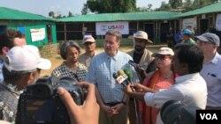 USAID အၾကီးအကဲ Mark Green သတင္းစာရွင္းလင္းေနစဥ္