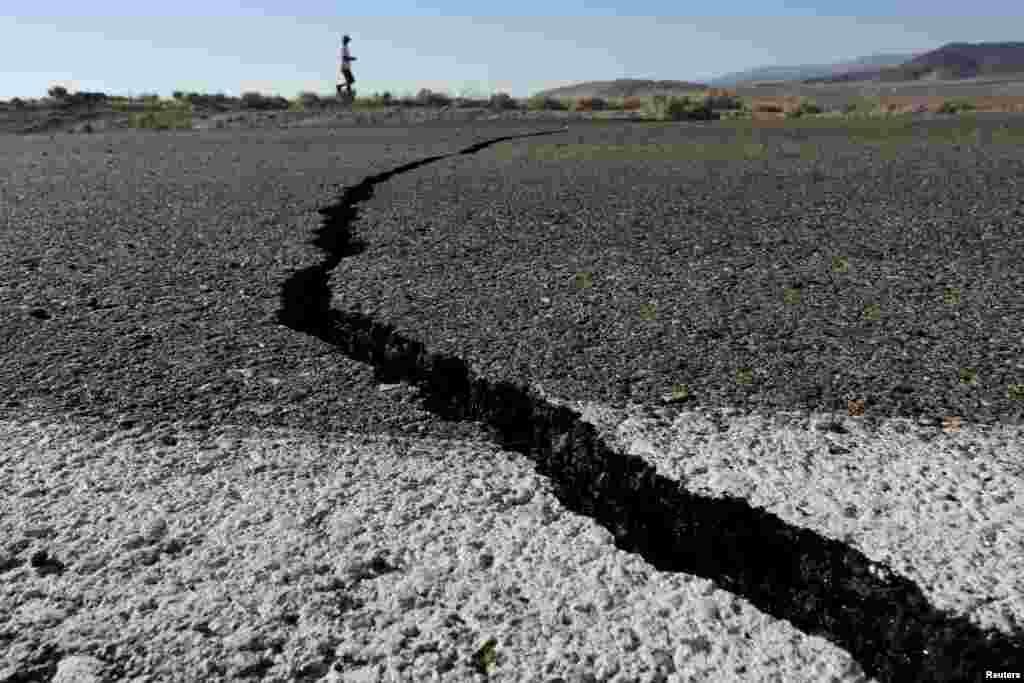 Fissuras na auto-estrada em resultado do forte terramoto que atingiu o sul da Califórnia, mais precisamente a cidade de Ridgecrest. 4 de Julho 2019.