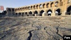 زاینده رود، رودخانه ای که از مرکز اصفهان می گذرد، چند سالی است که خشک شده است