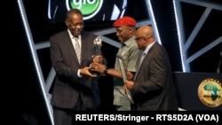 Le ministre des Sports nigérian Solomon Dalong reçoit une récompense de la FIFA à Abuja, Nigeria le 7 janvier 2016.