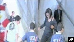 ကေလးငယ္မ်ား က်န္းမာ သန္စြမ္းေရး အစီအစဥ္အရ သမၼတကေတာ္ Michelle Obama ေက်ာင္းသား လူငယ္ေလးမ်ားႏွင့္ ကစားေနပုံ။