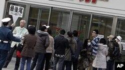 방사선 누출에 대한 우려로 시민들이 비교적 안전한 통조림과 빵, 생수 등에 대한 사재기에 나서면서 품귀 현상이 나타나고 있는 가운데 사진은 일본 도쿄의 한 수퍼마켓 앞에 이른 시간부터 손님들이 줄을 서 기다리고 있는 모습