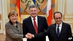 Петро Порошенко з Анґелою Меркель і Франсуа Олландом у Києві. 5 лютого, 2015.