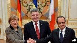 Presiden Ukraina Petro Poroshenko (tengah), Presiden Perancis Francois Hollande (kanan) dan Kanselir Jerman Angela Merkel berjabat tangan seusai pertemuan di Kyiv, Ukraina (5/2).