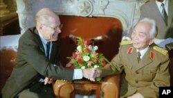 Cựu Bộ trưởng Quốc phòng Mỹ Robert McNamara bắt tay Tướng Giáp tại Hà Nội, ngày 9/11/1995.