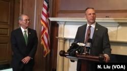 美國賓夕法尼亞州共和黨聯邦眾議員斯科特·佩里在《台灣關係法40週年國會山紀念酒會上發表講話(2019年5月8日),左為時任台灣駐美代表高碩泰