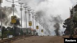 La fumée monte lors d'une manifestation à Conakry, Guinée, 13 octobre 2015.