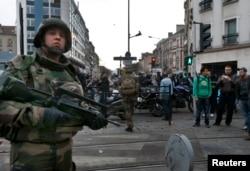Cảnh sát Pháp phong toả hiện trường vụ đột kích ở Saint-Denis, gần Paris, ngày 18/11/2015.