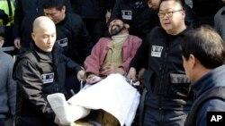 Seulda AQSh elchisiga hujum qilgan shaxs sudga olib ketilmoqda, 6-mart, 2015-yil.