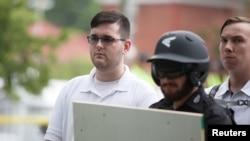 Джеймс Филдс (в очках слева) на демонстрации белых националистов