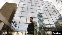 """La policía vigila las oficinas de la firma legal panameña Mossack Fonseca, tras el escándalo de los llamados """"Panamá Papers""""."""