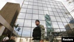 یکی از ماموران پلیس پاناما در حال نگهبانی در مقابل ساختمان شرکت حقوق موساک فونسکا - ۲۴ فروردین ۱۳۹۵