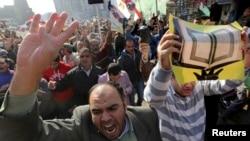28일 이집트 카이로 외곽 지역에서 반정부 시위에 나선 이슬람교도들이 슬로건을 외치고 있다.