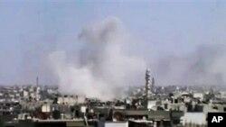 Khói bốc lên sau vụ pháo kích ở Homs, Syria, 10/4/2012