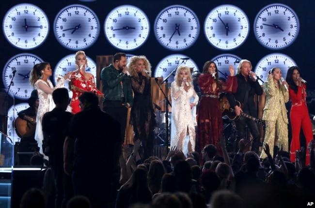 """Desde la izquierda Maren Morris, Katy Perry, Jimi Westbrook, Kimberly Schlapman, Dolly Parton, Karen Fairchild, Philip Sweet, Miley Cyrus and Kacey Musgraves interpretan """"9 to 5"""" en la entrega de premios Grammy el domingo, 10 de febrero de 2019, en Los Ángeles, California."""