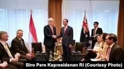 Presiden Joko Widodo dalam pertemuan bilateral dengan Perdana Menteri (PM) Australia Malcolm Turnbull di Hotel Steigenberger Hamburg,Jerman, Jumat (7/7). (Foto: Biro Pers Kepresidenan RI)